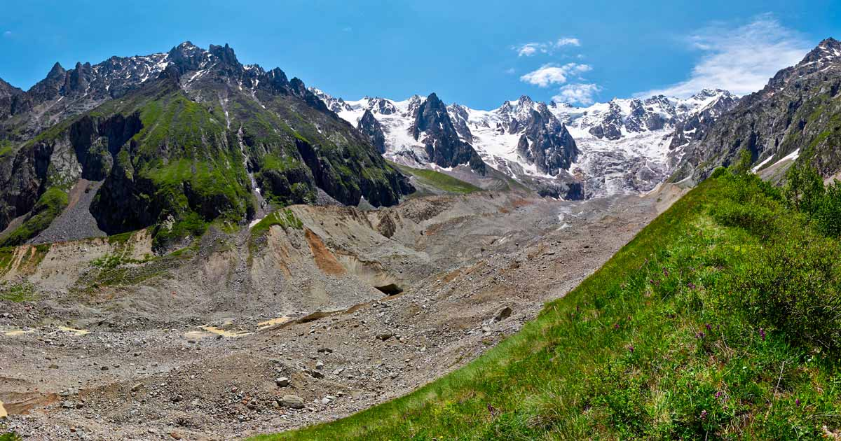 The left lateral moraine of the Songuti glacier